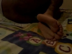 Niño menor montando un palo con los pies