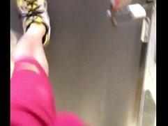 Enorme bulto de una verga gorda en el gym